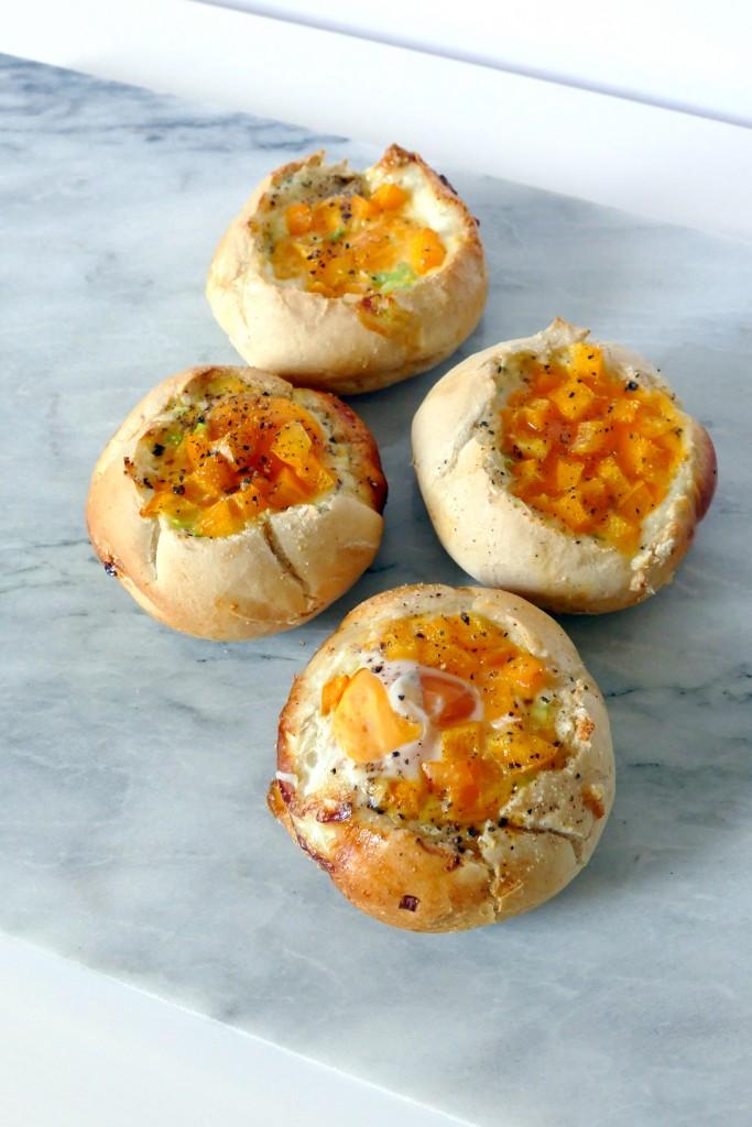 Gebakken ei in een broodje voor pasen