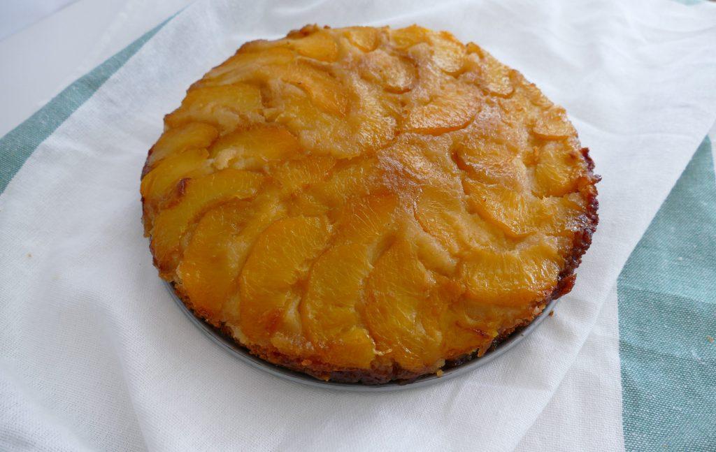 Omgekeerd taartje met perziken