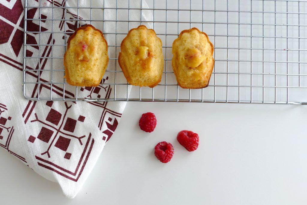 Madeleines met crambozen en lemon curd