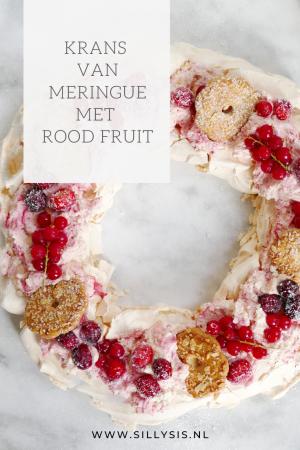 Krans van meringue met rood fruit