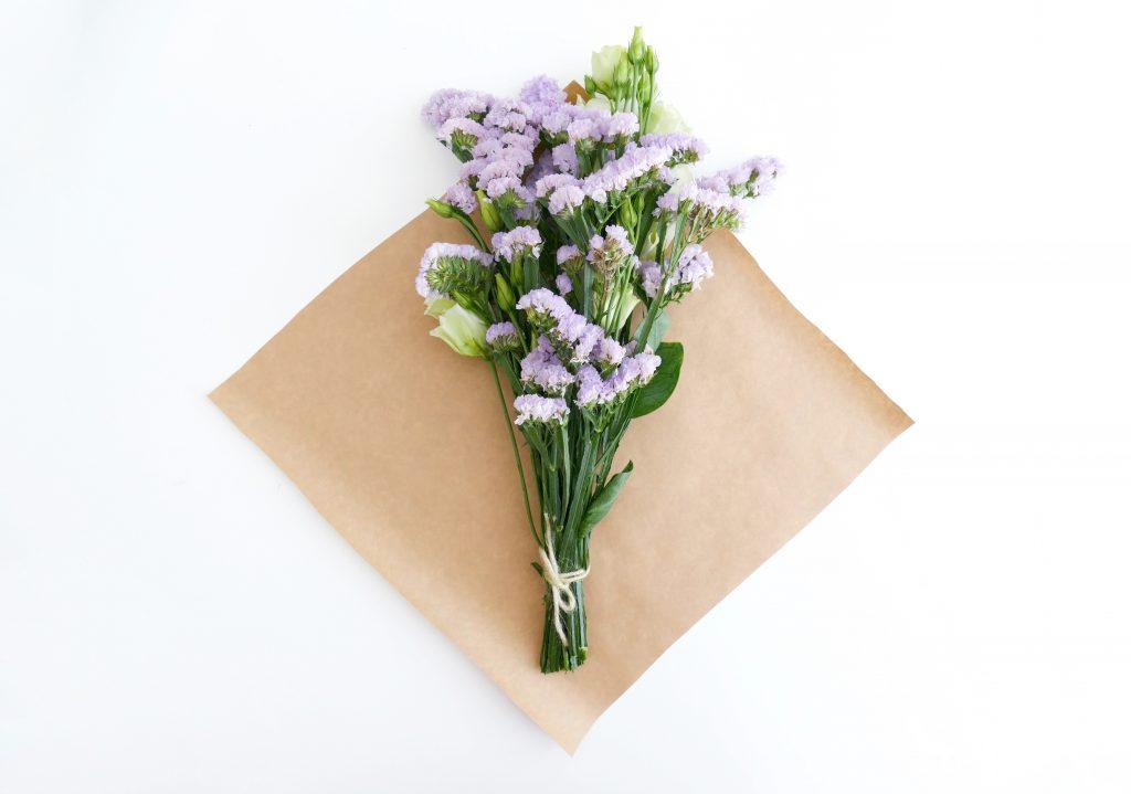Een bos bloemen inpakken met papier en touw!