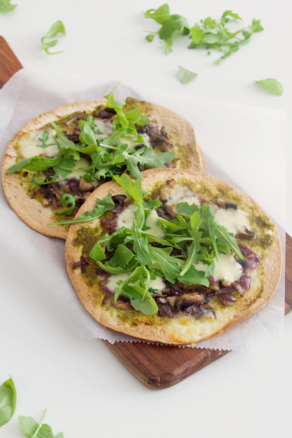 Tortilla pizza met pesto, champignons en rucola