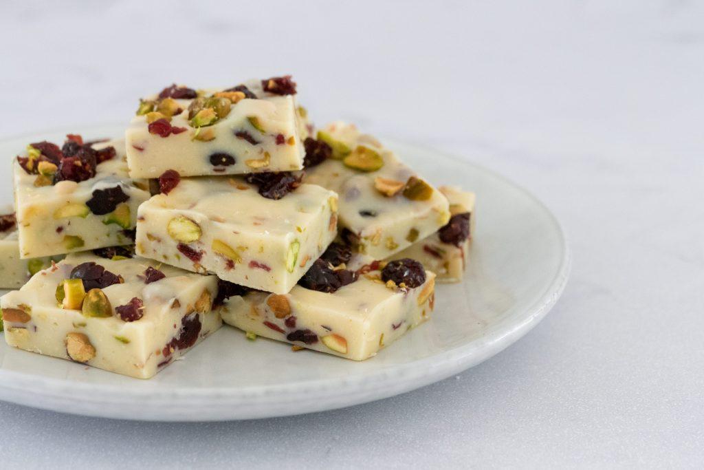 Witte chocolade fudge met cranberry en pistache