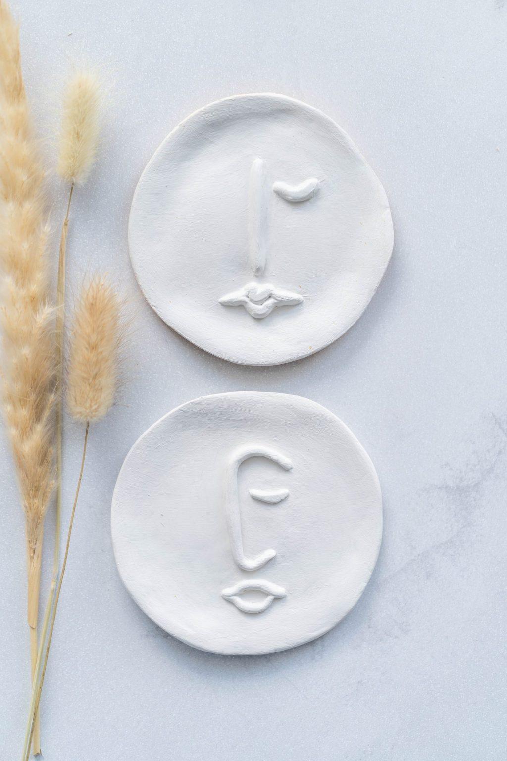 Minimalistische schaaltjes met abstract gezichtje (line-art)