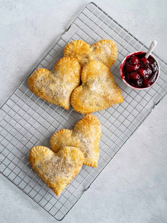 Bladerdeeg gebakjes met kersen