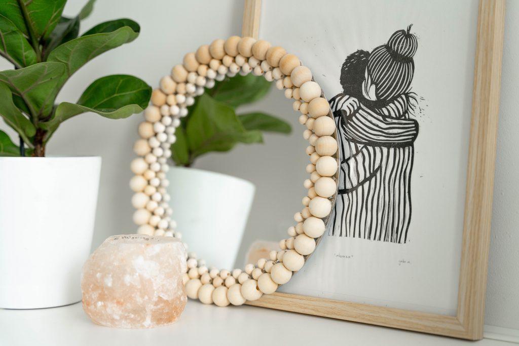 DIY: Minimalistische spiegel van houten kralen