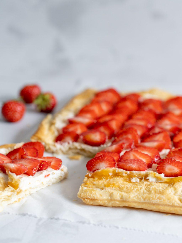 Zomerse plaattaart met aardbeien - zoet en fris